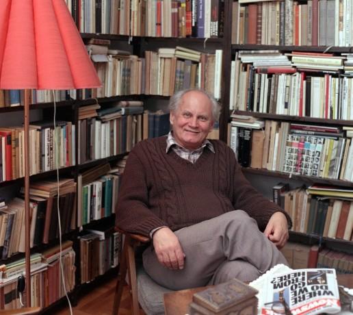 Göncz Árpád otthonában a könyvespolc előtt