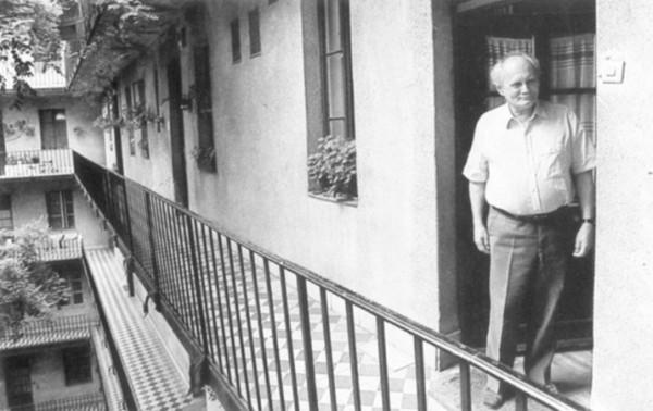 Göncz Árpád a Bécsi-úti lakás ajtajában